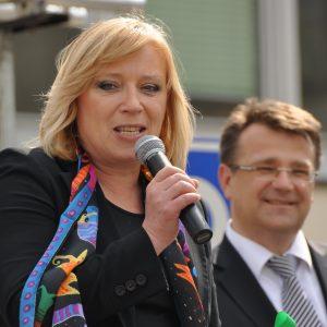 Pani premiérka Iveta Radičová sa prihovára deťom. V pozadí minister zdravotníctva MUDr. Ivan Uhliarik (MDD 2011)