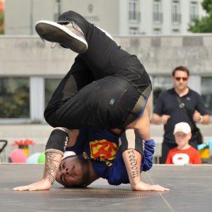Člen hip-hopovej skupiny Heroes vo vskutku hrdinskej tanečnej póze. (MDD 2011)