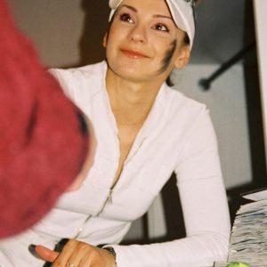 Speváčka Misha rozdáva autogramy (Mikuláš 2004)