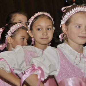 Dievčatá z folklórneho súboru Grbarčieta (Mikuláš 2012)