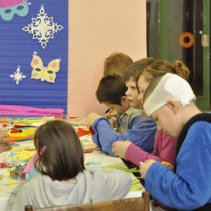 Deti tvoria karnevalové masky. (Tvorivé dielne 2012)