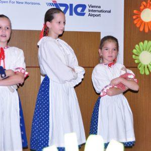 Dievčatá z folklórneho súboru Kobylka - MDD 2010