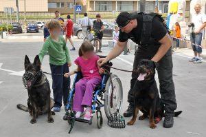 Stretnutie detí s policajným psovodom a jeho zverencami (MDD 2011)